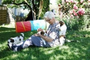 Unsere Oma beim Welpenkuscheln